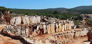 Pedreira Covas do Manco nº1 – Rafaéis, onde é extraído o calcário conhecido como Alpinina.