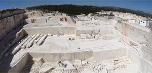 Quarry Vale da Moita nº1, where Semi-rijo limestone is extracted.