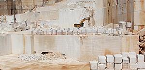 Pedreira Codaçal nº2 – Rafaéis, onde é extraído o calcário conhecido como Semi-rijo do Codaçal.