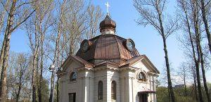 Fachadas y canterías de la Capilla en San Petersburgo, Rusia, en piedra Beige Pérola, acabado apomazado.