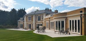 Calcário Rosal Dunas em moradia construída em Knightswood, Surrey, Inglaterra