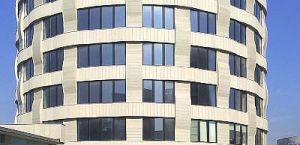 Fachada curva e cantarias de edifício em Moscovo, Rússia, nas pedras Beige Sonato, Beige Pacífico e Beige Pérola, acabamentos ranhurado e amaciado.