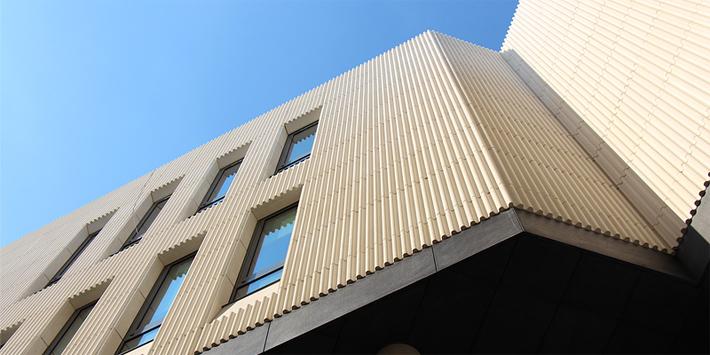 Гофрированный фасад - Известняк Branco Real облицовывает фасад больницы «Коперника» в Варшаве, Польша. Узнать больше.