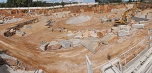 Каменоломня Pedreira Portela nº8, здесь происходит добыча камня, известного как Vidraço Portela Azul.