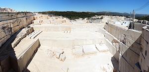 Каменоломня Vale da Moita nº1, здесь происходит добыча камня, известного как Semi-rijo.
