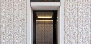 Жилой комплекс, внутренние стены которого украшены сложными декоративными элементами из камня Branco do Mar – превосходный пример 3D Панелей.